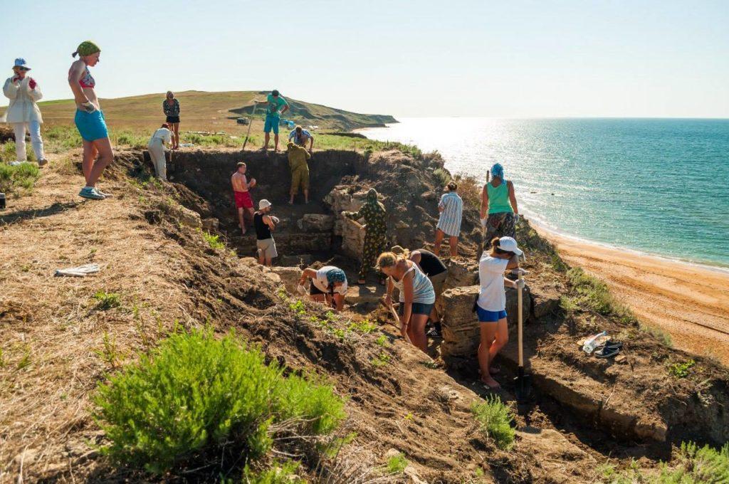 Расчистка античного каменного склепа на некрополе Кыз-Аул