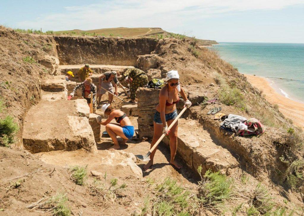 Раскопки античного склепа на некрополе Кыз-Аул (Яковенково)
