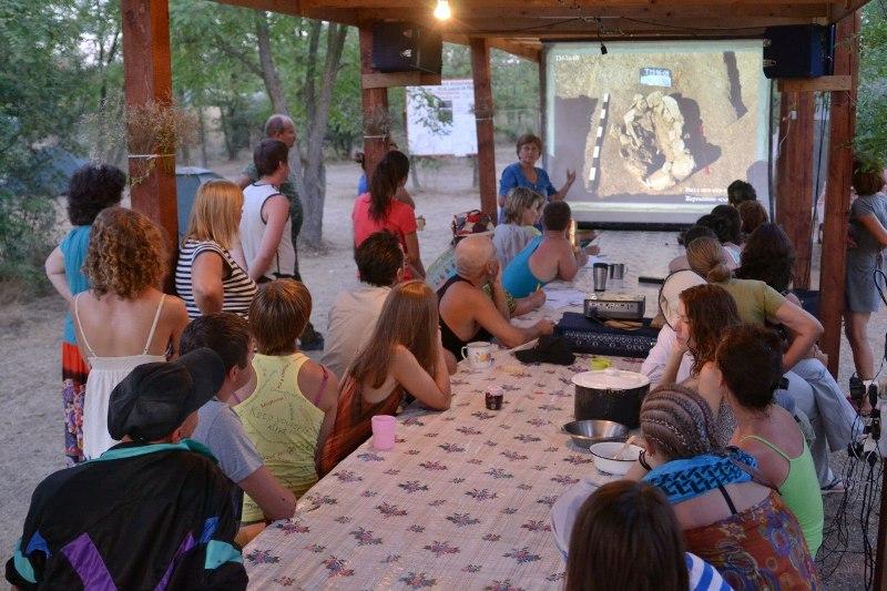 Лекция по археологии в полевом лагере фонда