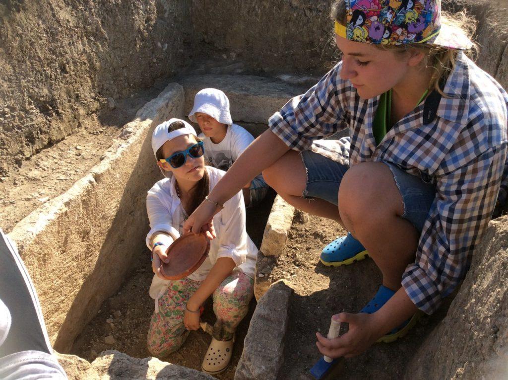 Волонтеры достают находки из древнего погребения