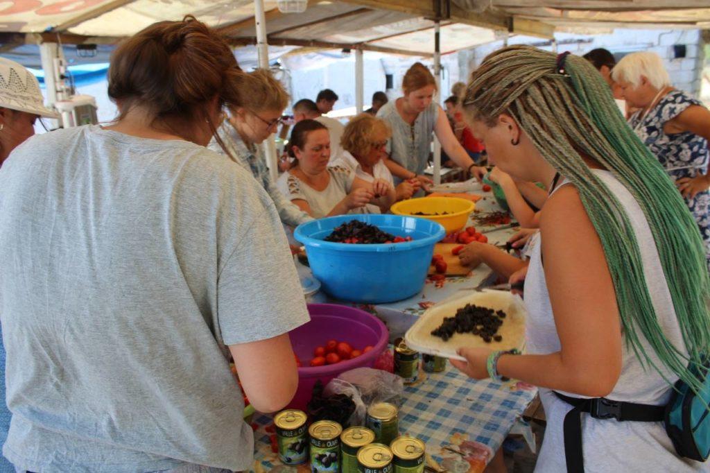 Приготовление обеда в полевом лагере фонда