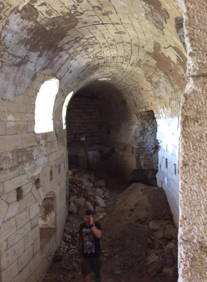"""Редюит обратного пути, который предстоит расчистить и реконструировать волонтерам (крепость """"Керчь"""")"""