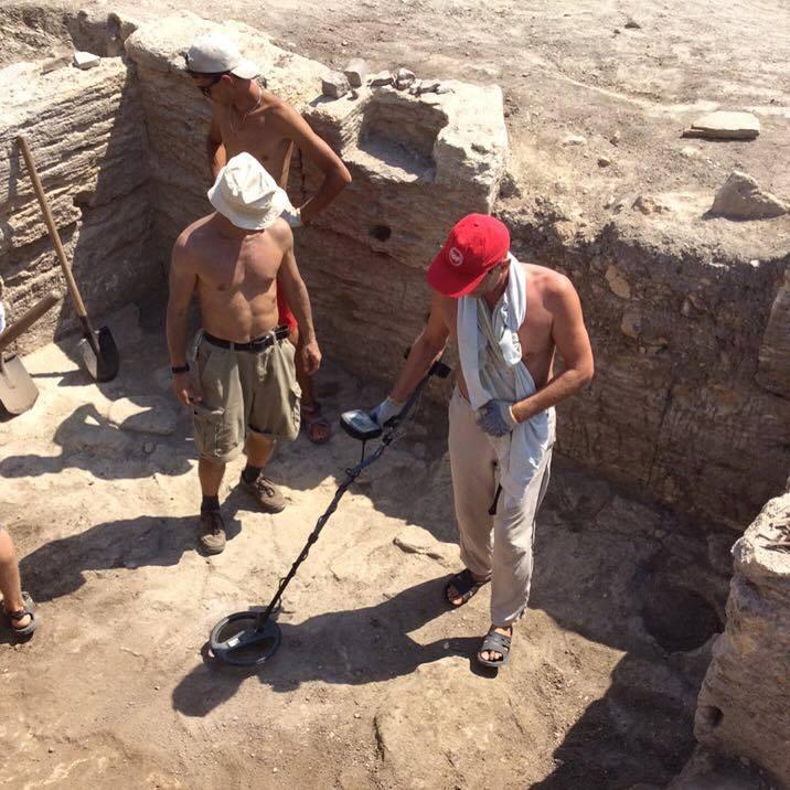 Волонтеры прозванивают металлодетектором пол античного склепа