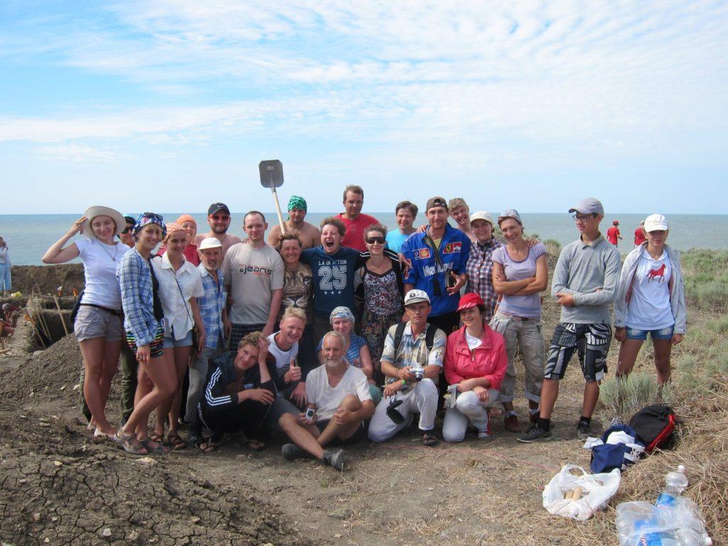 Волонтеры на раскопе некрополя Кыз-Аул