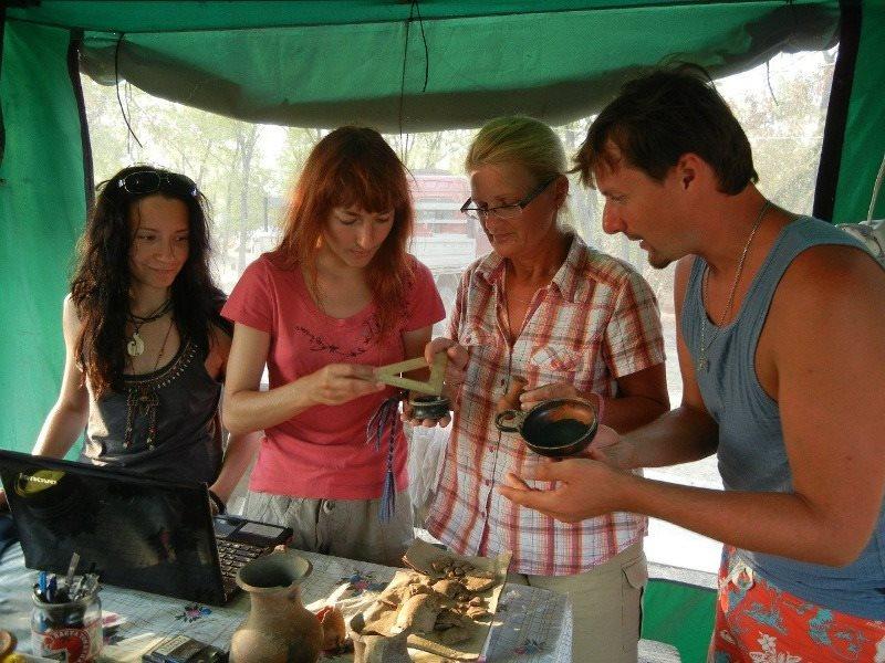 Волонтеры изучают обнаруженные во время раскопок предметы