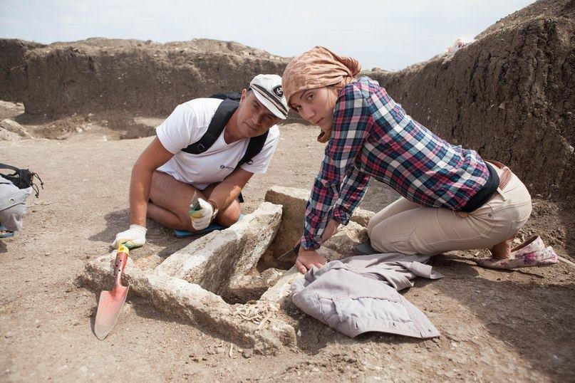 Зачистка древнего погребения, некрополь Кыз-Аул