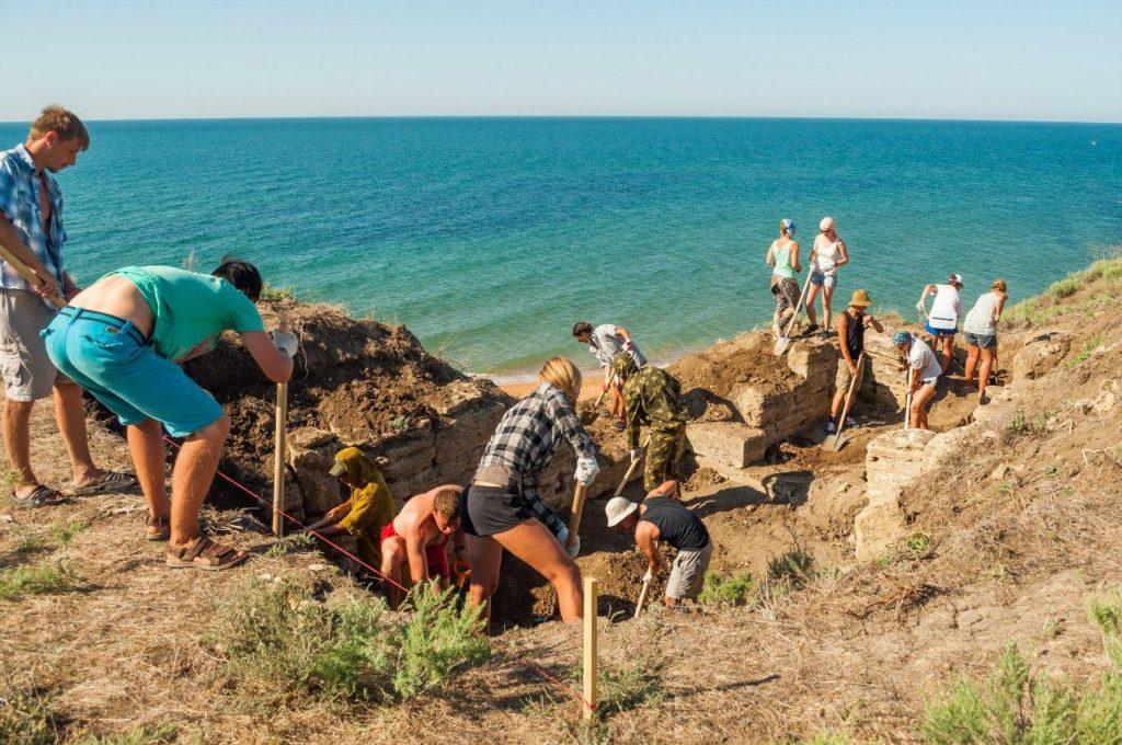 Волонтеры расчищают античный склеп на некрополе Кыз-Аул
