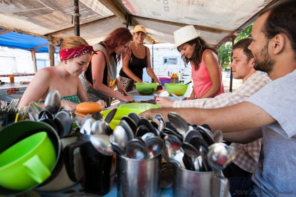 Дежурные помогают в приготовлении пищи
