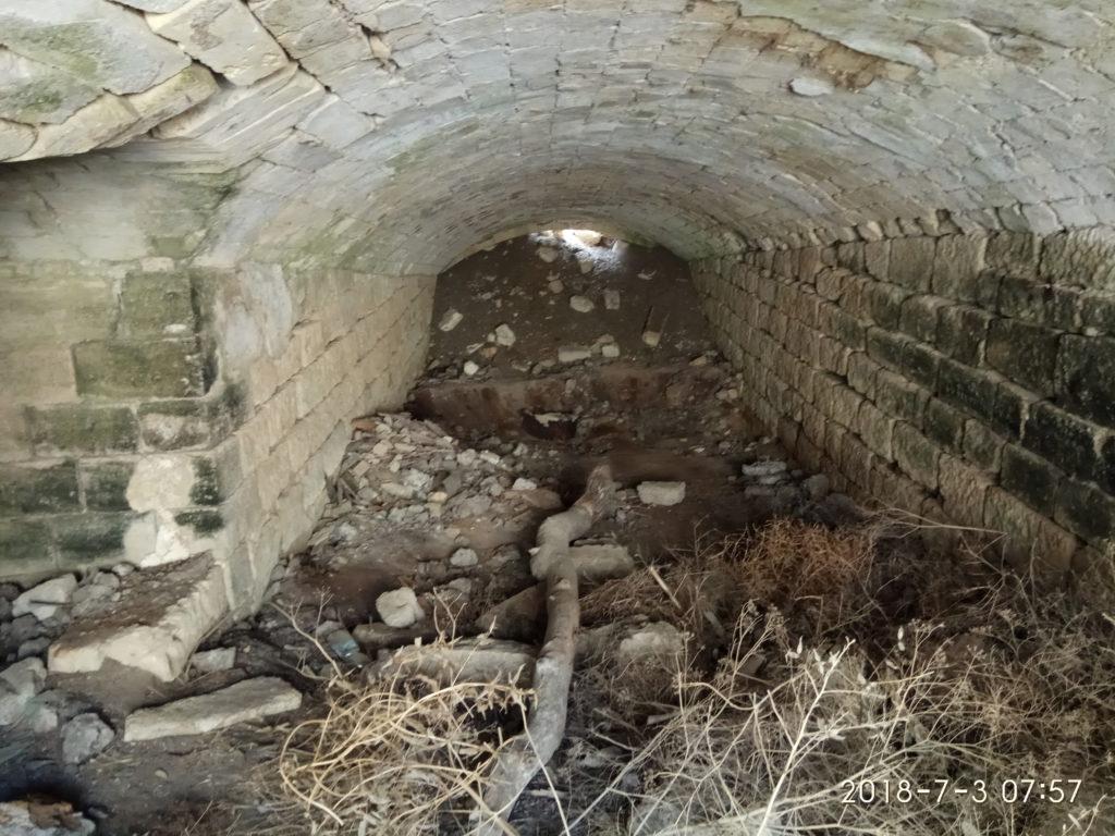 Рисунок 9 Потерна завалена мусором и грунтом с камнями